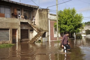 El gobierno bonaerense desplegó un amplio operativo sanitario en Luján por las inundaciones