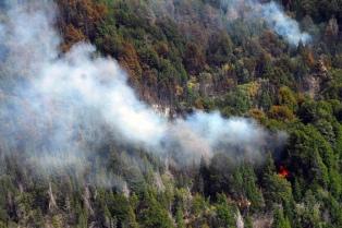 Un nuevo foco de incendio afecta el cerro Derrumbe y controlan el fuego en Los Alerces y Lago Puelo