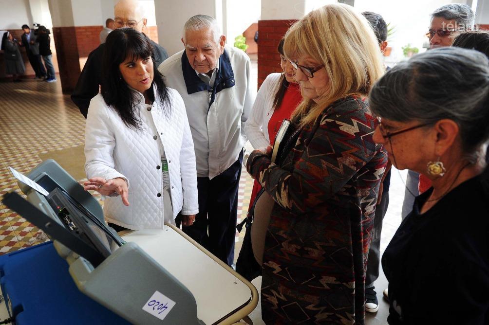 Se realizó un despliegue especial a cargo de personal de Gendarmería Nacional para el traslado a todo el territorio provincial de las máquinas de votación electrónica, urnas y útiles electorales que se utilizarán durante la jornada de mañana.