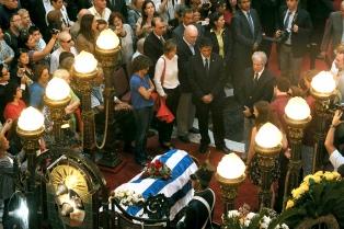 Una multitud brindó su último adiós al escritor Eduardo Galeano