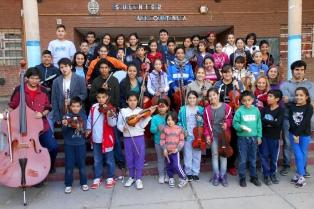 Unos 800 niños aprenden y tocan música en orquestas infantiles en Mendoza