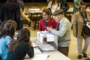 Detuvieron a un hombre que entró armado a un centro electoral en Cataluña