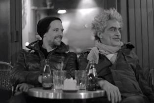 Mariano Galperín sigue en clave surrealista la gira de Daniel Melingo por Europa