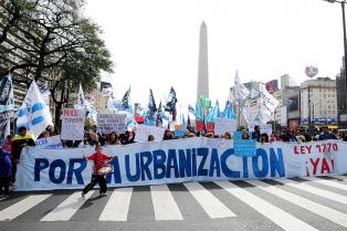 Vecinos de las villas de la Ciudad marchan en el centro porteño en reclamo de la urbanización