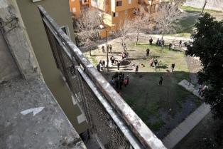 Inspección ocular del IVC en el barrio donde murió un joven al ceder la baranda de un sexto piso