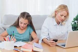 Siete de cada diez personas cuidan a sus hijas e hijos mientras trabajan en casa