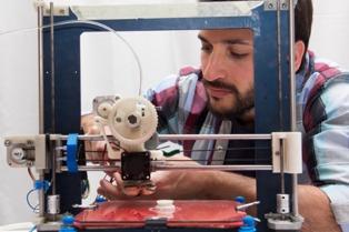 Investigadores del INTI desarrollaron un insumo para impresoras 3D a partir de botellas de plástico