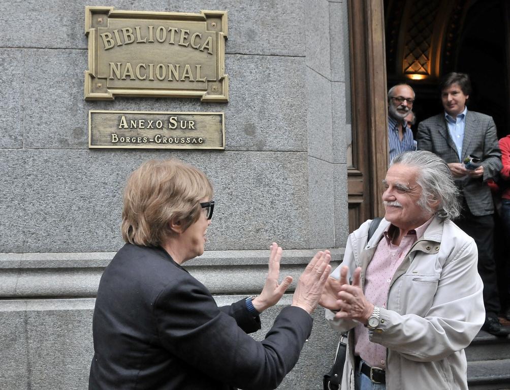 Con Teresa Parodi, al recuperar el anexo de la Biblioteca, sobre la calle México.