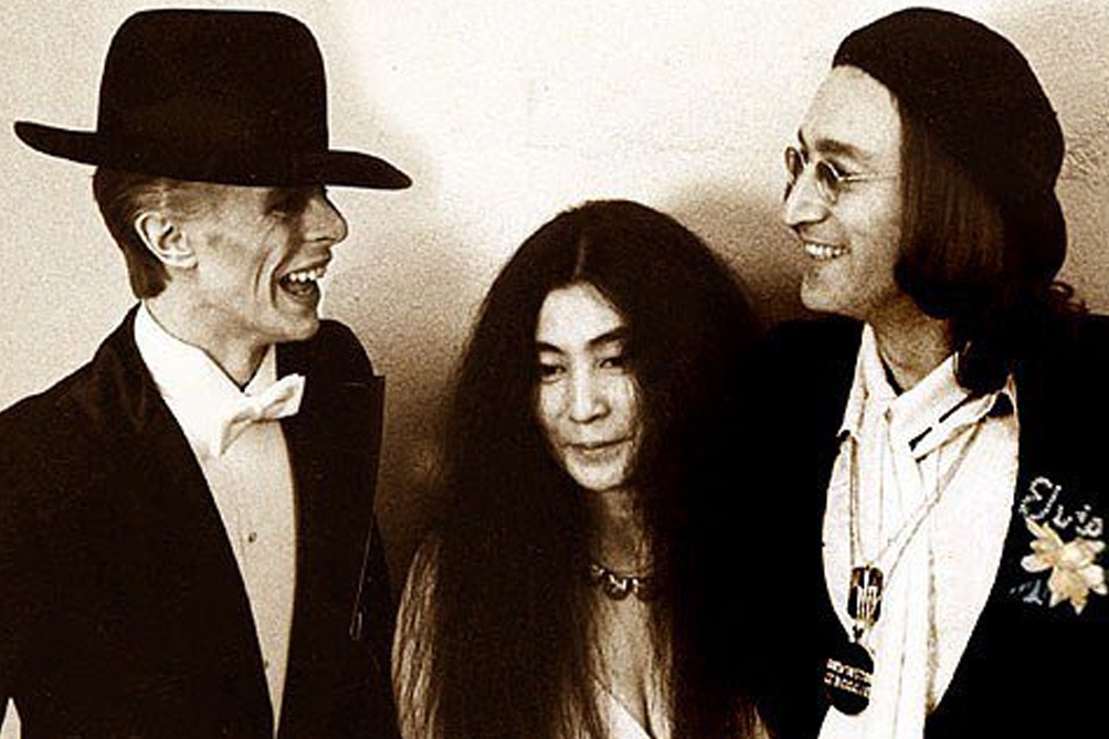 Hacia fines de los años 70 Lennon había ampliado su enfoque artístico en todos los sentidos: aquí, con Yoko y Bowie, otro pionero multifácetico.