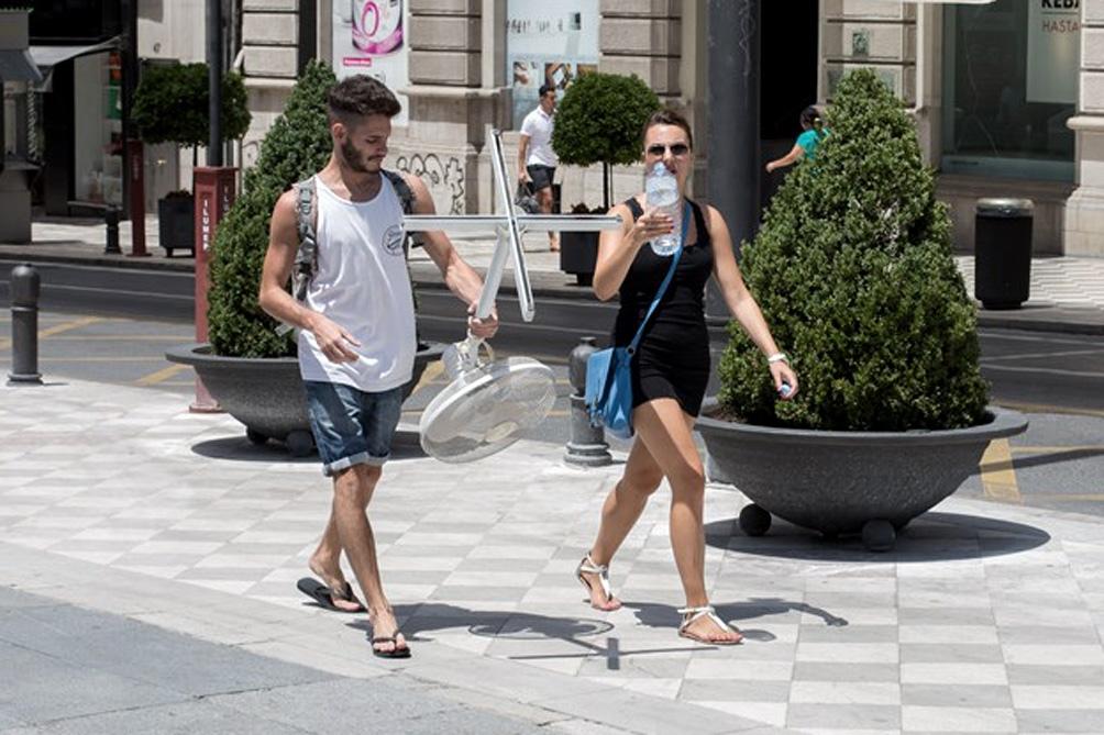 Especialistas recomiendan beber mucha agua y evitar la actividad física