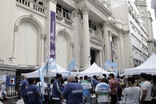 Bancarios acampan frente al Central y no dejan salir a los camiones de caudales