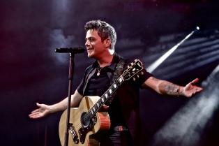 Alejandro Sanz realizó un show en un puente de Madrid y colocaron placa en su honor