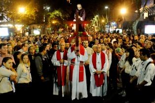 Cientos de personas en el Via Crucis porteño