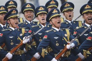 Beijing prohíbe a los soldados buscar pareja a través de Internet