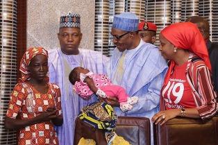 La niña que escapó de Boko Haram fue recibida por el presidente de Nigeria