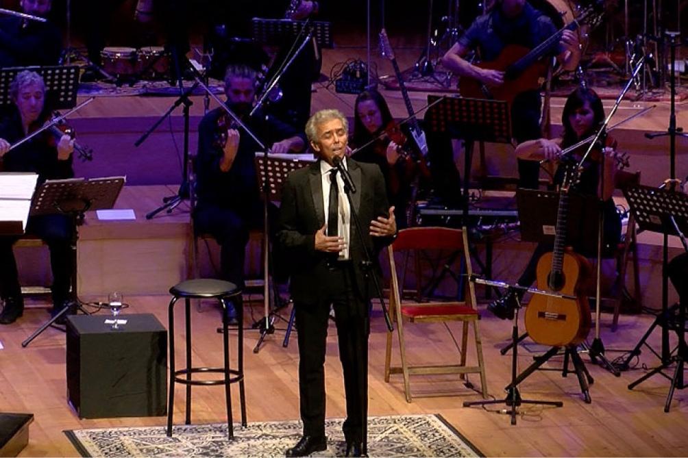 Jairo en uno de los espectáculos que le dedicó al escritor para cantar sus poemas.
