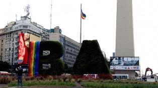 Las banderas del orgullo Lgbt visten la Ciudad