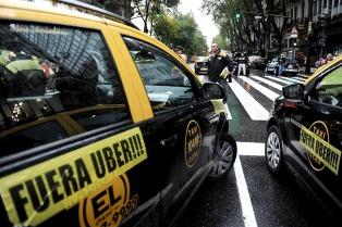 Cientos de taxistas realizaron tres cortes simultáneos en esquinas porteñas en rechazo a Uber