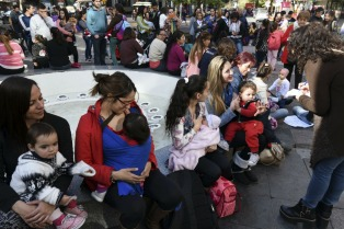 Teteada masiva en Buenos Aires para promover la lactancia materna