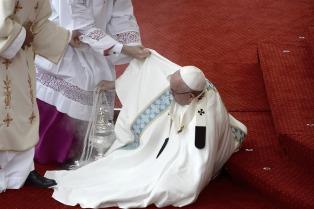La caída del papa Francisco durante una misa en Polonia