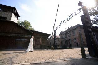 """Francisco, tras visitar el campo de exterminio: """"La crueldad no terminó en Auschwitz"""""""