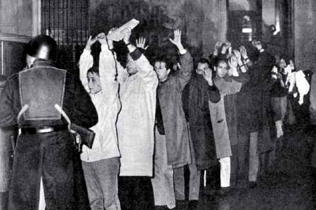 Tropa policial arrestando a estudiantes y profesores de la Universidad de Buenos Aires que se negaban a la intervención militar en las Facultades.