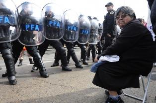 Incidentes durante un intento de desalojo de una protesta de jubilados en el puente Pueyrredón