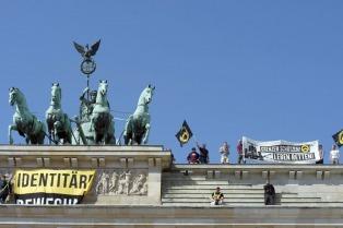 Ultraderechistas escalaron la puerta de Brandeburgo contra la política migratoria