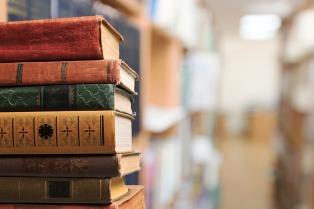 Una biblioteca fomenta la lectura con una caza de libros en vez de pokemones