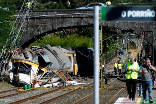 Cuatro muertos al descarrilar un tren en el noroeste de España