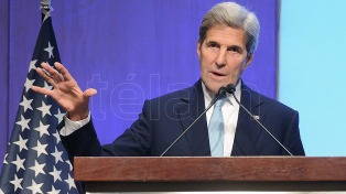 "Kerry calificó de ""inapropiada"" la crítica de Trump a Merkel"