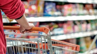 Según FIEL, la canasta alimentaria porteña subió 0,7%, el menor incremento de los últimos 12 meses