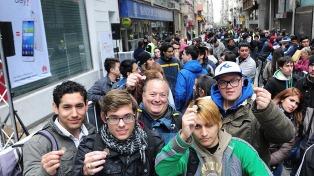 Cientos de personas colmaron el microcentro porteño para comprar un smartphone a un peso