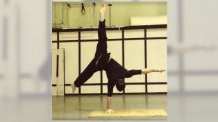 El gimnasta que desafía la gravedad con una mano es furor en Facebook