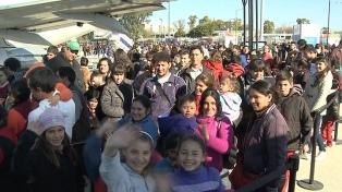 Miles de adolescentes y jóvenes participan en Tecnópolis de un festival de Youtubers