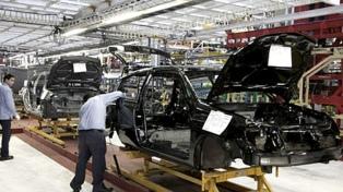 La producción de autos cayó 32,5 % y las exportaciones bajaron 16,7 %