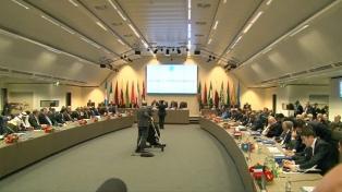 La OPEP+ comprometió más recortes de petróleo y los precios subieron