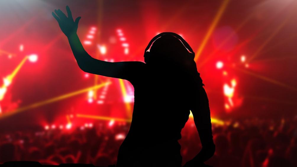 La policía encontró 95 personas, una cabina de DJ, una barra de bebidas alcohólicas, agua, energizantes y drogas.
