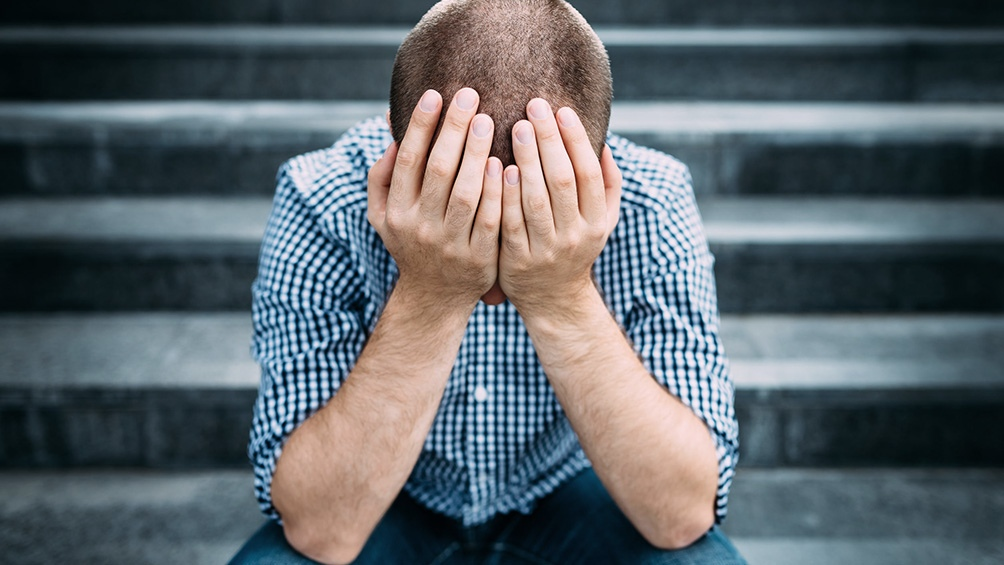 Un ataque de pánico es un episodio que sucede de manera repentina; presenta síntomas físicos como sudor, escalofríos, dificultad para respirar, acompañado de miedos, muchas veces miedo a morir.