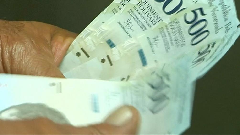 En Venezuela, el efectivo en bolívares escasea y es usual ver largas filas en los bancos.