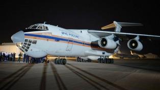 Uno de los aviones más grandes del mundo llegó con cuatro helicópteros cisterna para combatir los incendios