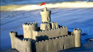 Un concurso de castillos de arena convoca a los veraneantes en la Costa