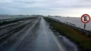 Habilitan parcialmente el tránsito en la ruta 7, afectada por el desborde de la laguna La Picasa