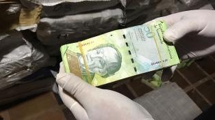 Devalúan la moneda más del 40%