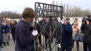 """Vuelve al campo de Dachau el portón robado con el lema """"El trabajo libera"""""""