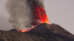 Sicilia: el volcán Etna sigue en actividad pero sin peligro para las poblaciones cercanas