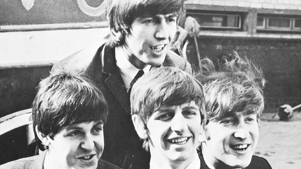 Los Beatles, pero en especial John Lennon, sentían una irresistible atracción por el arte de Dylan,