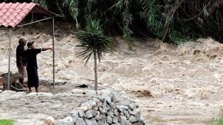Argentina envió un avión con ayuda a Perú tras la catástrofe que ya dejó 75 muertos