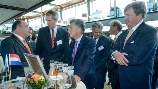 Macri recorrió en barco el puerto de Rotterdam