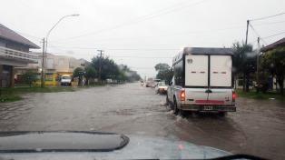 Evacuados y anegamientos por intensas lluvias en Mar del Plata